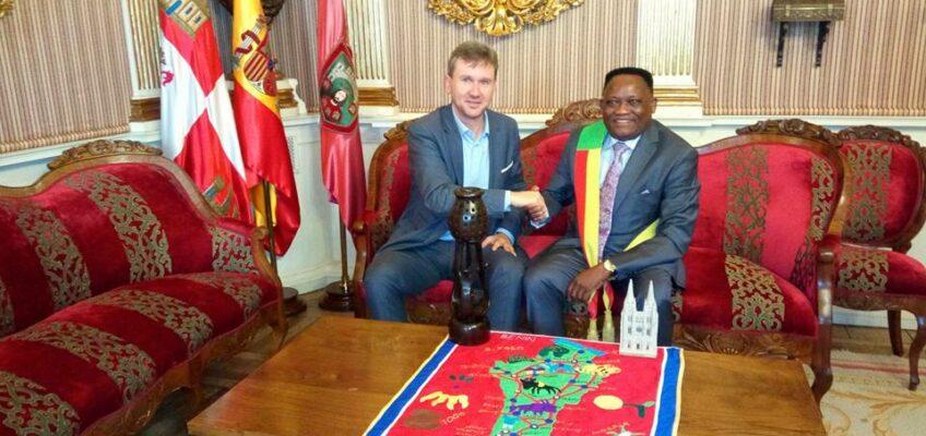 Reunión con el alcalde de Burgos Sr. Javier Lacalle y el alcalde de Allada (Rep. de Benin) Sr. Michel Aclehinto.
