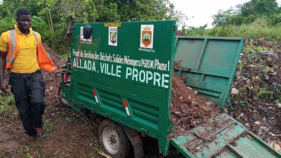 Recogida de los depositos de basura de la ciudad de Allada